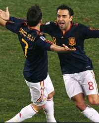 FIFA Piala Dunia 2010 - Chile vs Spain: David  Villa & Xavi Hernandez