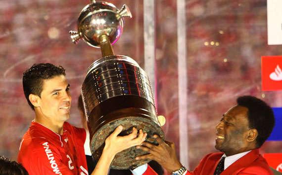Bolivar recebe a taça de Pelé - Internacional Campeão da Libertadores - (Jeferson Bernardes - VIPCOMM)