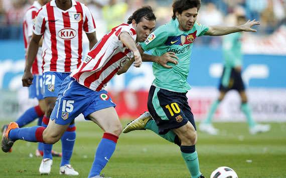 Diego Godín marca a Lionel Messi durante el Atlético de Madrid-Barcelona en el Vicente Calderón (Getty Images)