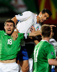 Borriello salta di testa in area avversaria durante Irlanda del Nord-Italia (Getty Images)