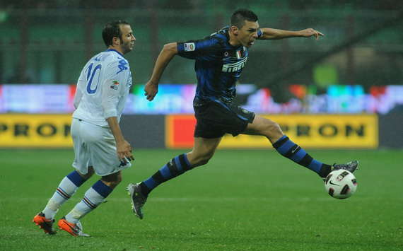 Lucio anticipa Pazzini durante Inter-Sampdoria (Getty Images)