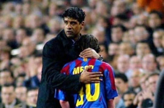 Rijkaard consuela a Messi en el Barcelona (AFP)