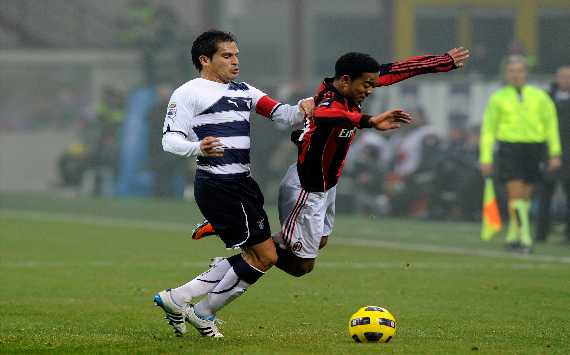 Emanuelson contro Ledesma in Milan-Lazio (Getty Images)