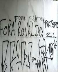 Graffiti of Corinthians fans protesting against Ronaldo (Photo: Globoesporte)
