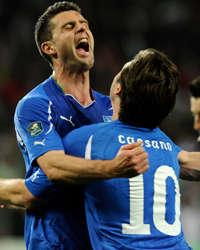 Cassano abbraccia Thiago Motta dopo il suo goal alla Slovenia (Getty Images)