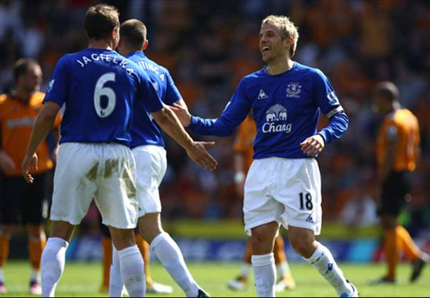 Everton's Phil Neville praises Steven Pienaar and Denis Stracqualursi after both net against Chelsea