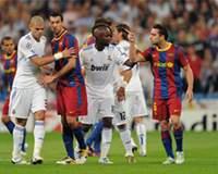 Pelean los jugadores del Barcelona y Real Madrid en el Clásico de la Champions jugado en el Bernabéu