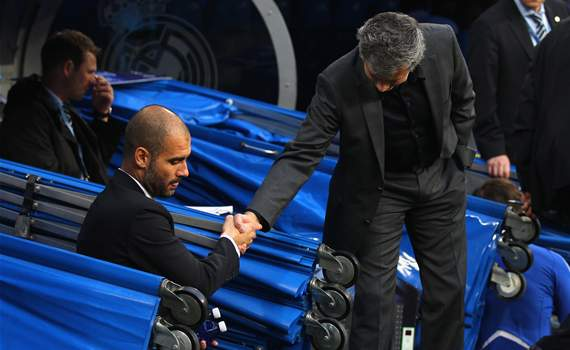 Mourinho, Guardiola y un saludo protocolar durante el duelo de Champions entre Real Madrid y Barcelona