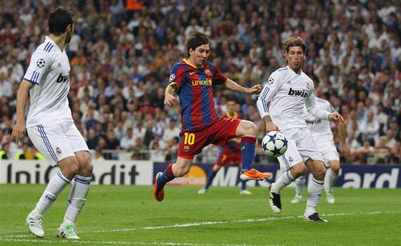 El jugador del Barcelona Lionel Messi anota el primer gol al Real Madrid en la CHampions League