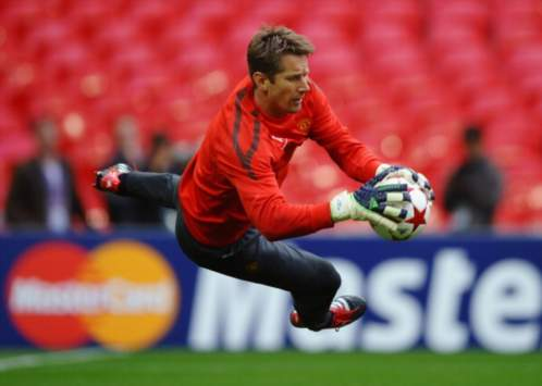 Former Manchester United goalkeeper Van der Sar compares City's Hart with Peter Schmeichel