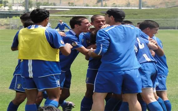 Pateadores U-18 team celebrates a goal against Arsenal