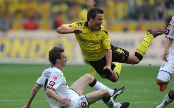 Gladbach vs Dortmund, Mario Gtze takes off