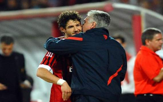 Friendly PSG - Milan, Ancelotti whispers at Pato's ear