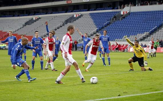 Siem de Jong scores for Ajax against AZ