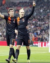 England - Netherlands, Klaas-Jan Huntelaar and Arjen Robben