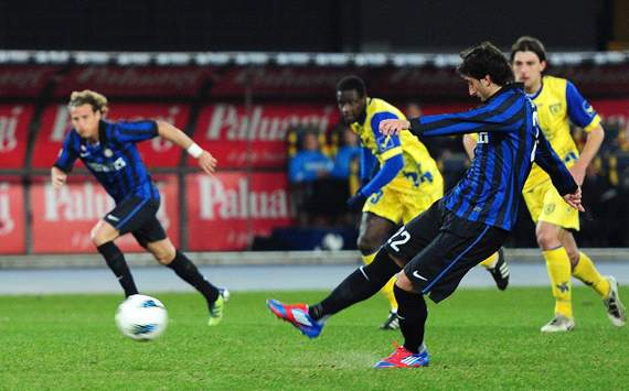 Diego Milito misses penalty - Chievo-Inter (Getty Images)