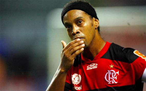 Broer Ronaldinho rooft fanshop leeg
