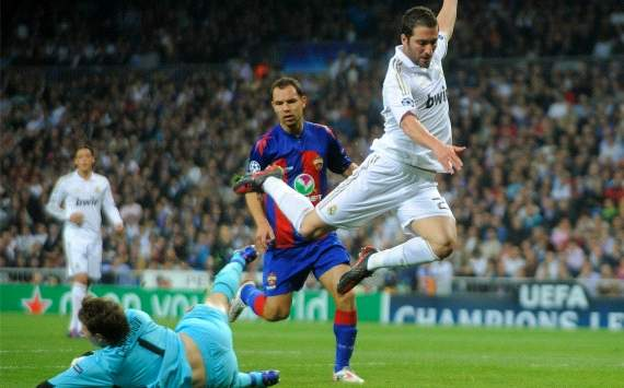 Gonzalo Higuain and Sergei Chepchugov during Real Madrid-CSKA (Getty Images)
