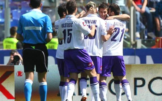 Fiorentina players celebrate a goal against Roma