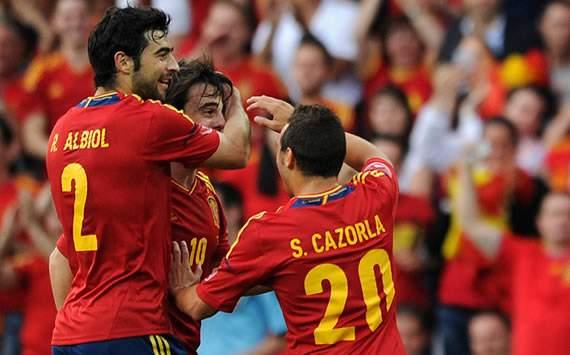 Raúl Albiol, Beñat y Santi Cazorla celebran durante el España-Corea del Sur