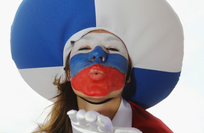 كرنفال اليورو (1) | الجماهير يَصنعون الافتتاح بقُبلة روسية وضحكة بولندية