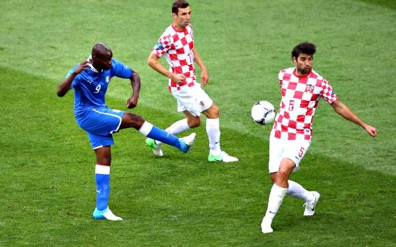 Il tiro di Mario Balotelli, respinto da Vedran Corluka - Italia-Croazia