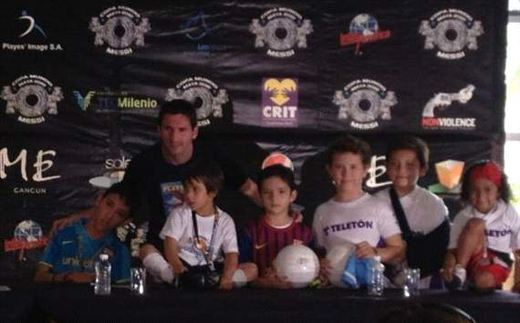 Messi y niños en Cancún