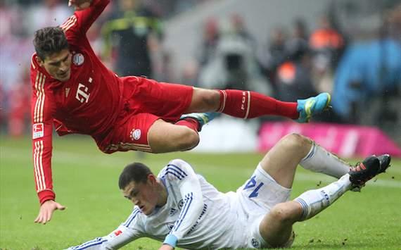 Bundesliga: FC Bayern München - FC Schalke 04, Mario Gomez - Kyriakos Papadopoulos