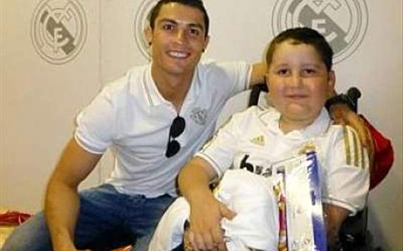 cristiano ronaldo helping a child with cancer