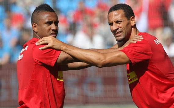 Anderson (L) and Rio Ferdinand of Manchester United