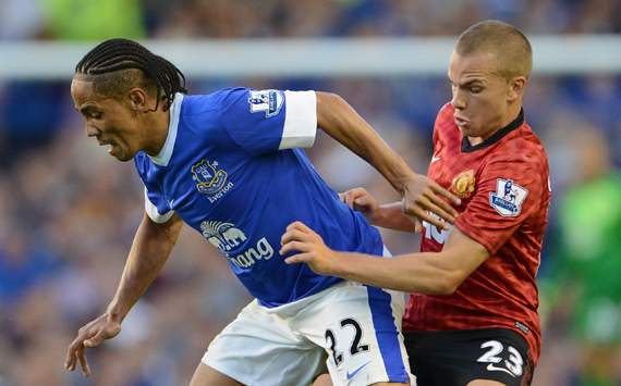 Pienaar drives Everton on