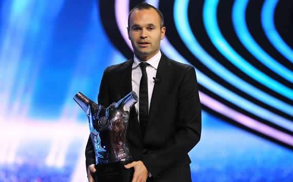 ANDREAS INIESTA SABET PENGHARGAAN PEMAIN TERBAIK EROPA 2012 VERSI UEFA