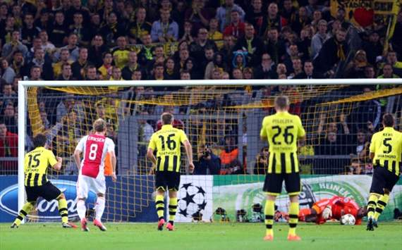 Kenneth Vermeer saves penalty Mats Hummels, Dortmund - Ajax