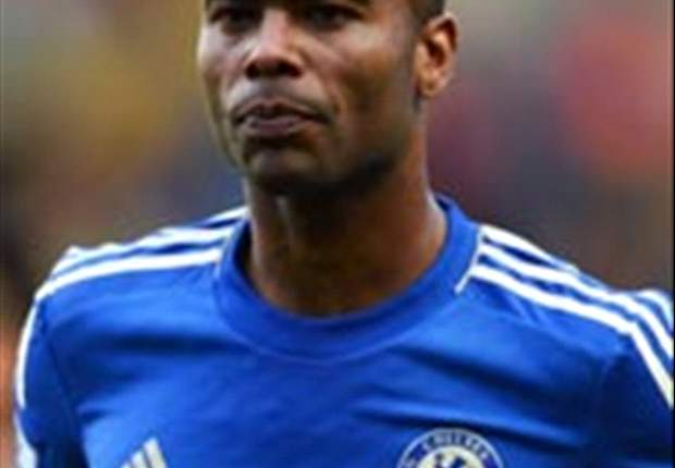 No twitter, mãe de Ashley Cole comenta sobre futuro do lateral