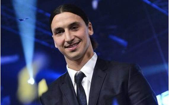 Zlatan ibrahimovic with golden bass- player of the year in Sweden