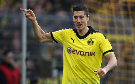 Dortmunds Lewandowski feiert Treffer gegen Fürth