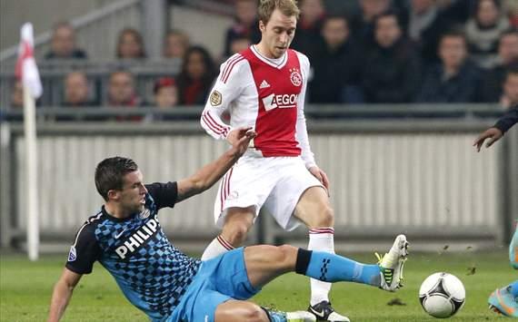 Kevin Strootman in duel met Christian Eriksen, Ajax - PSV