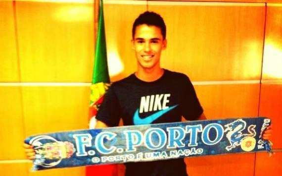 官方:波尔图签下墨西哥美洲后卫雷耶斯