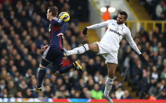 Tottenham midfielder Sandro undergoes knee surgery