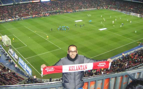 Jordi Perez with Kelantan banner in Nou Camp