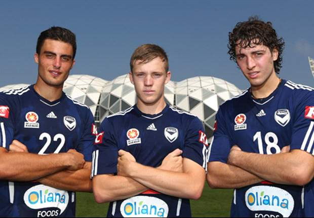 Makarounas [left], with fellow new Victory signings Scott Galloway [centre] and Francesco Stella [right].