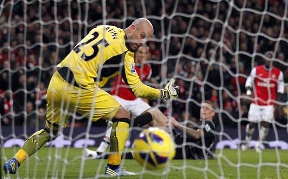 EPL, Arsenal v Liverpool, Theo Walcott (C), Pepe Reina (L)