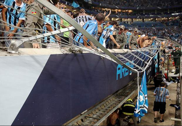 Gremio fans admitted to hospital after fence collapses