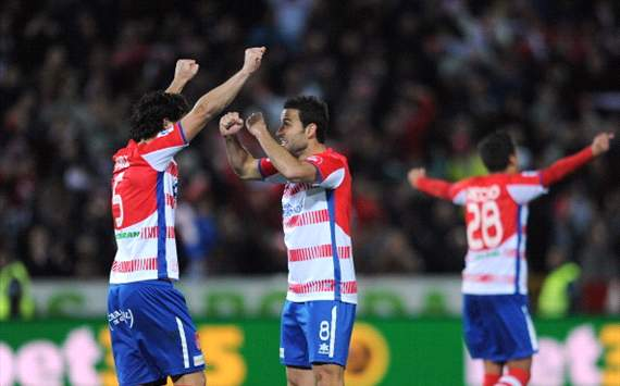 Diego Mainz e Iigo Lopez celebran durante el Granada-Real Madrid