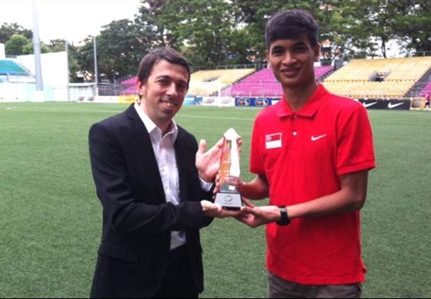 Safuwan Baharudin receives Goal.com's AFF Championship Best Young Player Award presented by Nike
