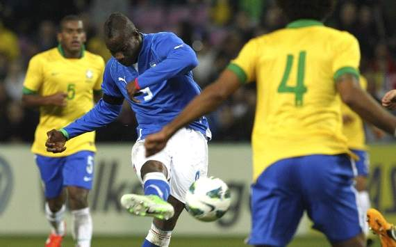 Mario Balotelli scores his goal in Italy-Brazil