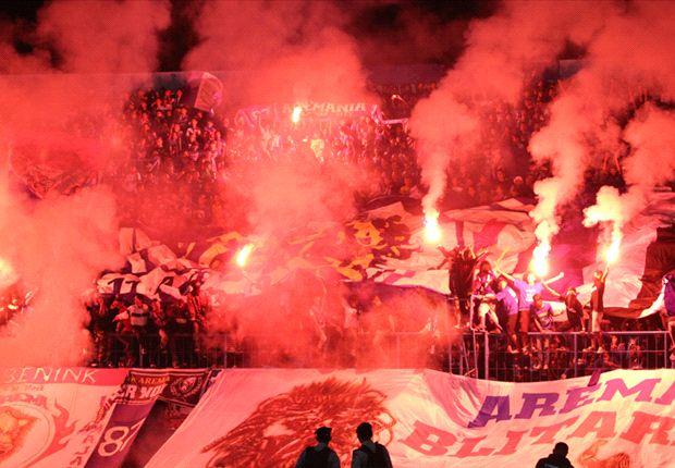 Aremania, nyalakan kembang api saat Arema bentrok Persegres dan Persija Jakarta.