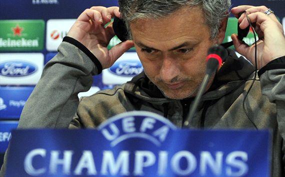 Mourinho thất vọng vì các học trò không phạm lỗi với Lewandowski