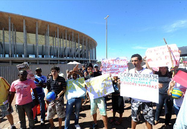 Protestos em frente ao Mané Garrincha movimentaram Brasília nesta sexta