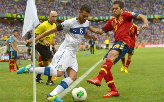 Antonio Candreva y Jordi Alba, ante la mirada de Webb; España-Italia, Copa Condederaciones